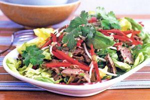 Tối nay ăn gì: Giải nhiệt với salad bò Thái Lan đậm đà thanh mát