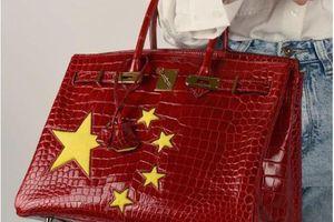 Sợ bị tẩy chay, Hermès sản xuất túi Birkin in hình cờ Trung Quốc?