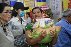 Tháng 7 Vu Lan: Người Sài Gòn nhận quà từ thiện ở các chùa đông nghẹt