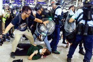 Hong Kong đối phó người biểu tình ở sân bay