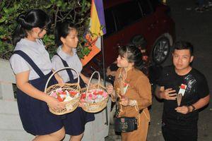 Người Sài Gòn đi lễ chùa đêm Vu lan, dâng trọn niềm hiếu kính