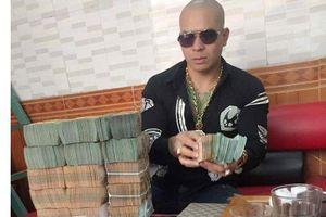 Quang 'Rambo' trước khi bị bắt thường xuyên khoe mẽ với tiền vàng