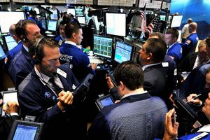 Dow Jones sụt 800 điểm khi dấu hiệu suy thoái kinh tế thế giới nhiều hơn