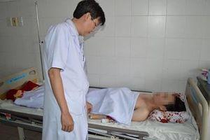 Ca phẫu thuật nghẹt thở cứu sống nam thanh niên bị dao đâm xuyên tủy