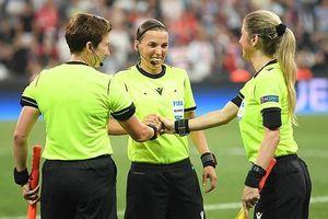 Liverpool và Chelsea 'chơi ác' với các nữ trọng tài trong trận Siêu cúp châu Âu