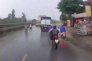 Clip: Cứu người phụ nữ ngã ra đường, tài xế ô tô phải phanh 'cháy lốp'