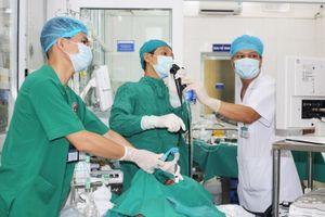 Hy hữu bệnh nhân 89 tuổi bị rơi cả hàm răng giả vào phế quản