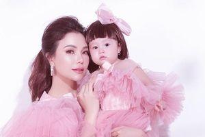 Con gái Trà Ngọc Hằng cực đáng yêu, xúng xính váy áo bên mẹ