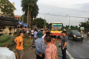 Hà Nội: Tránh 2 cháu bé đi qua đường, xe bê tông húc xe máy rồi lật nghiêng bên đường