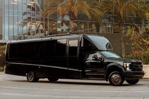 'Văn phòng di động' siêu sang trên bán tải Ford F-550 có giá 1 triệu đô