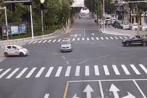 Đột ngột tăng tốc khi qua đường, xe điện tông thẳng vào taxi