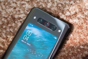 Cận cảnh smartphone 2 màn hình, 3 camera, cấu hình 'siêu khủng', giá rẻ bất ngờ