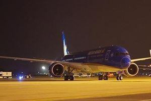 Cận cảnh chiếc máy bay 'siêu khổng lồ' đầu tiên về Việt Nam