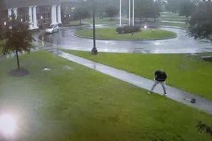 Kinh hãi khoảnh khắc sét đánh trúng ô người đàn ông đang đi bộ