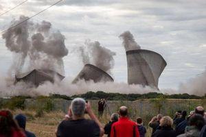 Khoảnh khắc tháp giải nhiệt nhà máy điện bị đánh sập trong giây lát