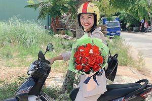 Á hậu Kiều Loan mặc giản dị, đi xe máy tới thăm trường cũ