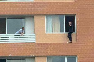 Giải cứu du khách Pháp định nhảy lầu tự tử