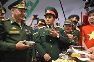 Bộ trưởng quốc phòng Nga thích thú với nước chè xanh của VN