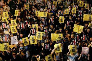 Bất chấp mưa lớn, giới giáo viên Hong Kong biểu tình quy mô lớn chống dự luật dẫn độ