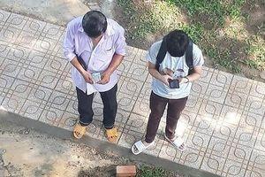 Dân mạng cay mắt với hình ảnh người cha nghèo đếm từng đồng tiền cho con học đại học
