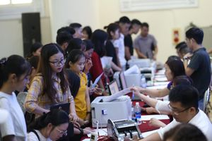 Tân sinh viên Đại học Kinh doanh và Công nghệ Hà Nội phấn khởi nhập học