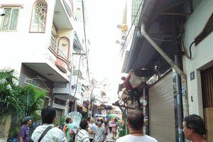 Khoảnh khắc đám đông chen lấn giật 'cô hồn' Rằm tháng 7 ở Sài Gòn khiến nhiều người lắc đầu ngao ngán
