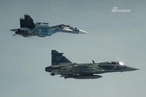 Su-30SM Nga vội vã rút lui khi bị JAS 39 Gripen mang đầy vũ khí áp sát