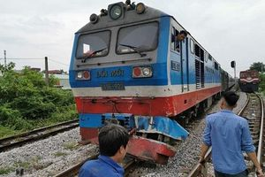 Nam Định: Chết máy giữa đường ray, xe tải bị tàu hỏa đâm văng xuống ruộng