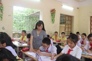 Cô giáo Huyền cho học sinh đi trải nghiệm thực tế để học tốt môn Lịch sử