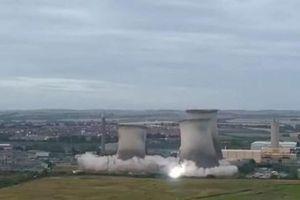Cảnh 3 tháp làm mát của nhà máy điện ở Anh tan thành tro bụi