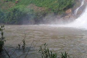 Rủ nhau đi tắm thác, ba thanh niên bị nước cuốn mất tích