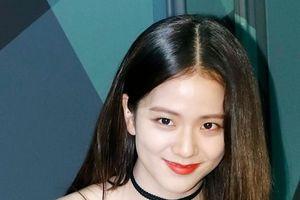 Nữ thần Jisoo Black Pink sang chảnh xinh như hoa với set đồ khoe chân dài thẳng tắp