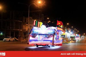 Diễu hành xe hoa cổ động chào mừng các sự kiện lớn của TP. Long Xuyên