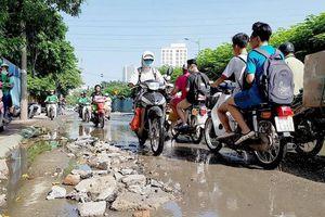 Chật vật băng qua đường 'không mưa cũng ngập' ở giữa thủ đô