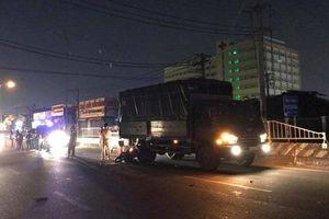 Xe máy tông thẳng đuôi ô tô tải dừng đèn đỏ, nam thanh niên thiệt mạng