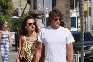 Alessandra Ambrosio khoe dáng thon thả ra phố mua sắm cùng bạn trai