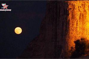 Ngắm trăng tròn huyền ảo trên pháo đài Koroni, Hy Lạp