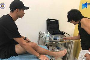 'Thần y' Hàn Quốc chữa trị chấn thương cho Đoàn Văn Hậu
