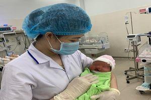 Thương tâm: Bé sơ sinh dị tật bị bỏ lại bệnh viện