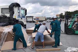 Hàng trăm tấm ván ép rơi xuống đường, nhiều người hốt hoảng