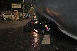 Xe tải lật đè xe máy trên quốc lộ, thanh niên thoát chết