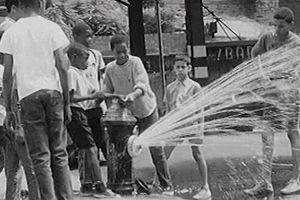 Vòi chữa cháy - giải pháp tránh nóng của dân New York suốt 100 năm qua