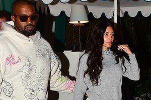 Kim Kardashian kém sắc, nhợt nhạt khi để mặt mộc đi ăn tối với chồng