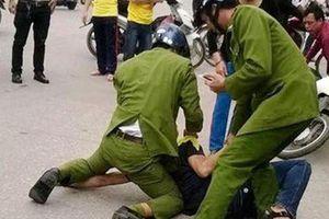Vi phạm luật giao thông còn dùng đá tấn công khiến công an bị thương