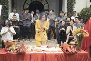 Loạt sao Việt bị chê mặc phản cảm khi cúng Tổ nghề