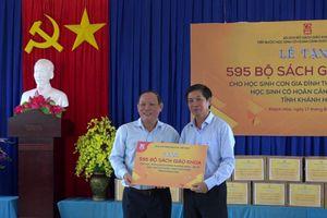 NXB Giáo dục Việt Nam trao tặng SGK cho con em chiến sỹ hải quân