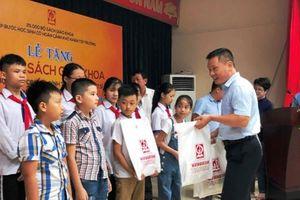 Trao tặng sách giáo khoa cho học sinh vùng lũ Na Mèo