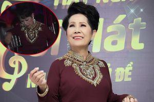Xúc động hình ảnh ca sĩ Phương Dung ngồi dưới khán đài nhẩm lời ca khúc