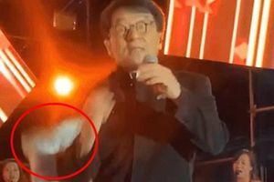 Thành Long bị tiểu tăng đá trên sân khấu