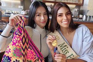 Vừa đáp Colombia, Phương Khánh đã được Miss Earth Water Valeria Ayos đón tiếp nồng nhiệt